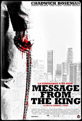 Affiche de Message from the King de Fabrice du Welz sur laquelle nous voyons la main du héros entourée d'une chaîne ensanglantée avec au loin devant lui, les bâtiments de Los Angeles. Il s'agit d'un dessin et seul le sang est en couleur.