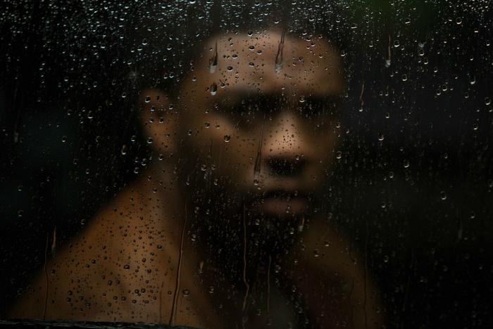 Photo de Chadwick Boseman dans Message from the King de Fabrice du Welz sur laquelle on distingue le visage de Chadwick Boseman à travers une vitre marquée par la pluie. Il semble faire nuit.