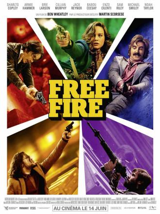 Affiche de Free Fire de Ben Wheatley sur laquelle les cinq personnages principaux brandissent une arme et s'apprêtent à tirer sur un montage photo voulu percutant et rétro.