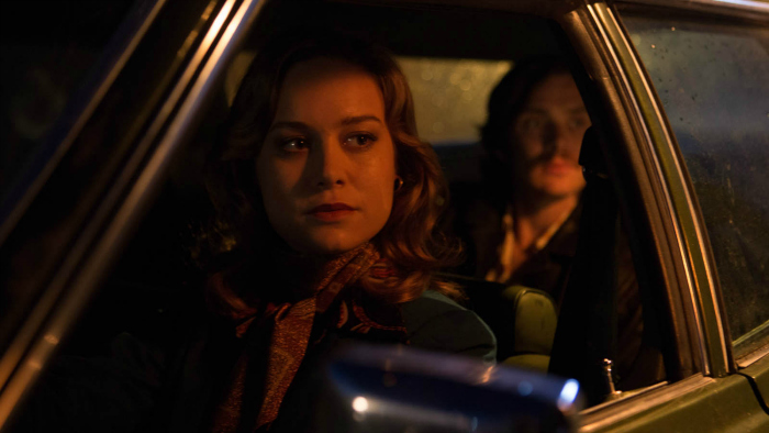 Photo de Brie Larson et Cillian Murphy à l'intérieur d'une voiture et observant dans la même direction dans le film Free Fire de Ben Wheatley. Elle est à l'avant. Il est à l'arrière.