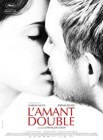 Affiche de L'amant double réalisé par François Ozon. Nous distinguons en noir et blanc les visages de Marine Vacth et Jérémie Renier alors qu'ils sont en train de s'embrasser.