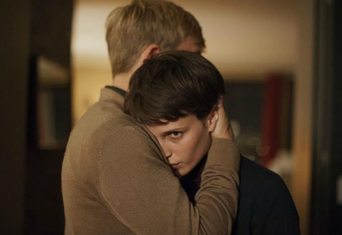 Photo tirée du film L'amant double réalisé par François Ozon sur laquelle Jérémie Rénier, dont on ne voit pas le visage, prend Marine Vacth dans ses bras.