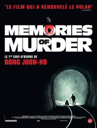 Affiche de Memories of Murder de Bong Joon-ho sur laquelle un homme pointe une arme sur un autre homme à genoux à l'entrée d'un tunnel. La photo est prise depuis l'intérieur du tunnel.