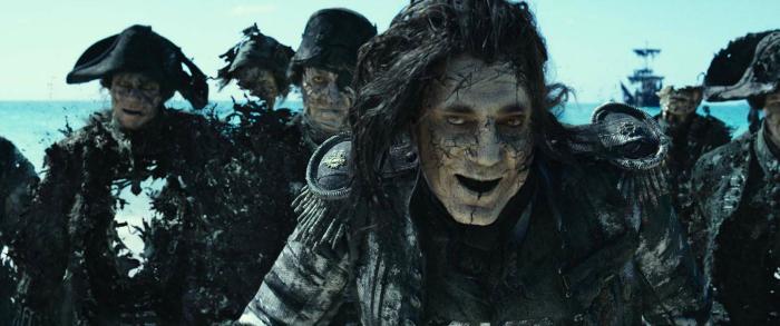Photo de Javier Bardem dans Pirates des Caraïbes - La Vengeance de Salazar sur laquelle l'acteur fait face à Jack Sparrow avec un terrifiant regard.