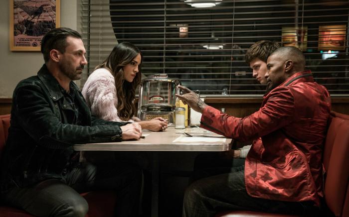 Photo de Jon Hamm et Eiza Gonzalez face à Jamie Foxx et Ansel Elgort à la table d'un diner dans le film Baby Driver d'Edgar Wright.