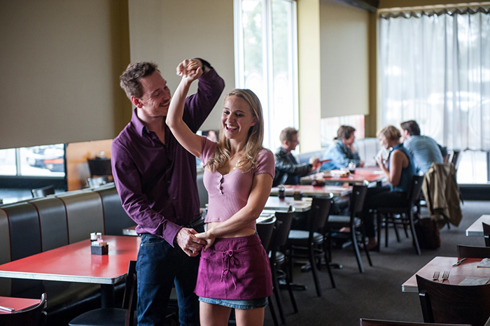 Photo de Natalie Portman et Michael Fassbender en train de danser dans un café dans Song To Song de Terrence Malick.