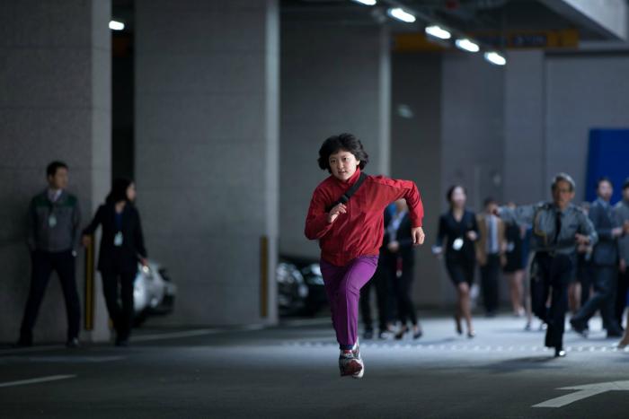 Photo d'Anh Seo-hyeon à la poursuite d'Okja dans les rues de Séoul dans le film Okja de Bong Joon-ho.