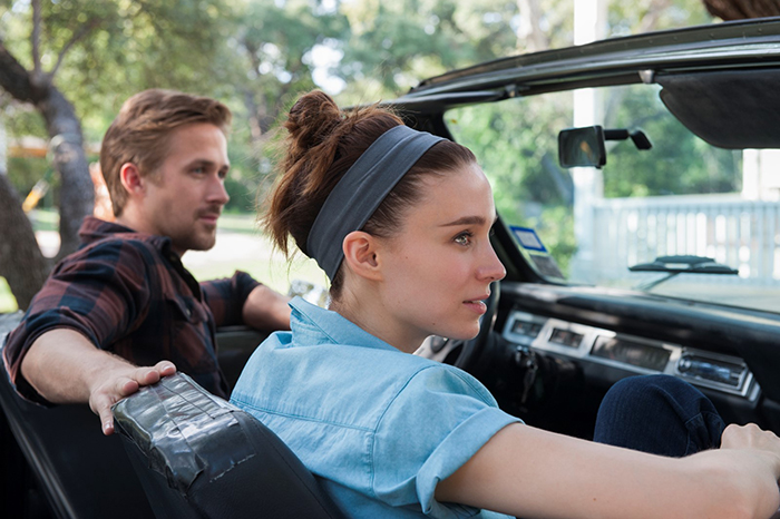 Photo de Rooney Mara et Ryan Gosling en voiture décapotable dans Song To Song de Terrence Malick.