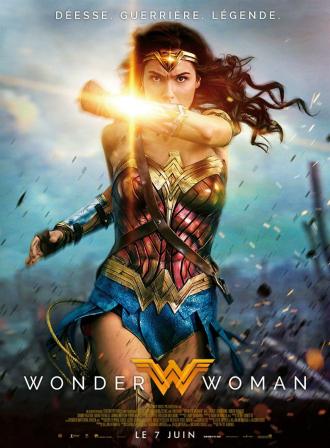 Affiche de Wonder Woman sur laquelle la super-héroïne court dans une tranchée et pare les balles avec ses ornements aux poignées.