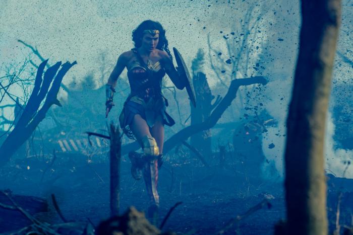 Photo tirée du film Wonder Woman de Patty Jenkins sur laquelle Gal Gadot court à travers une tranchée.