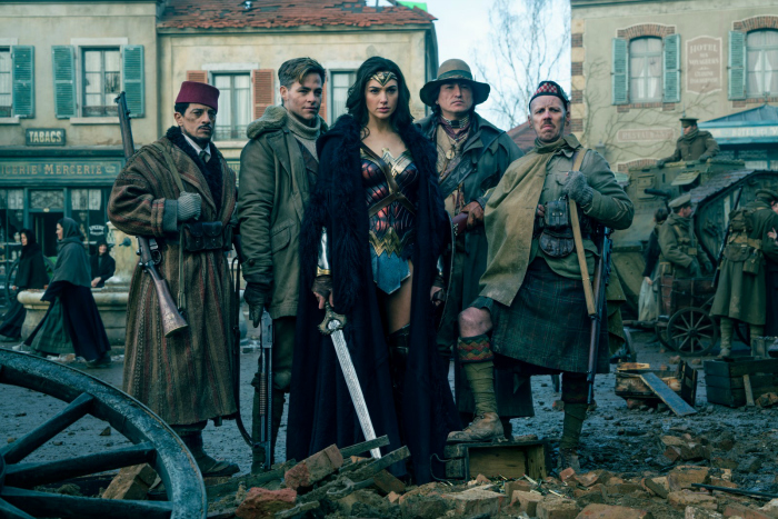 Photo tirée de Wonder Woman sur laquelle la super-héroïne apparaît avec ses acolytes incarnés par Chris Pine, Saïd Taghmaoui, Ewen Bremner et Eugene Brave Rock.