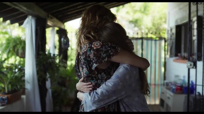 Photo tirée du film Les Filles d'Avril réalisé par Michel Franco sur laquelle Emma Suárez et Ana Valeria Becerril se prennent dans les bras.