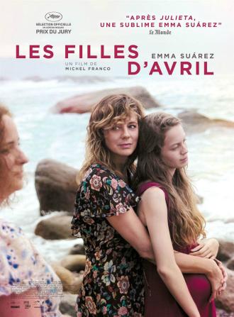 Affiche de Les Filles d'Avril de Michel Franco sur laquelle Emma Suárez prend dans ses bras Ana Valeria Becerril au bord de la plage. Joanna Larequi se tient à côté d'elles sur la plage mais regarde dans une autre direction.