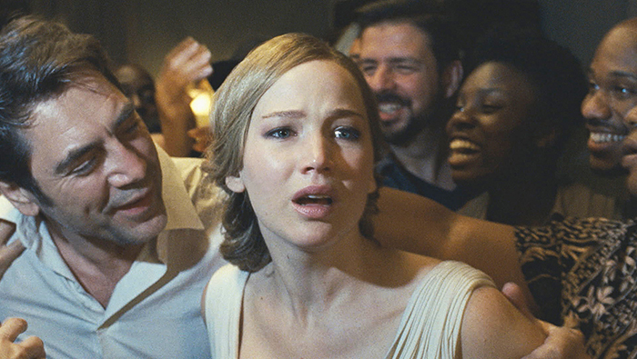 "Photo tirée de ""Mother!"" de Darren Aronofsky sur laquelle Jennifer Lawrence tente de s'extirper des griffes de Javier Bardem et des nombreux invités présents dans leur demeure."