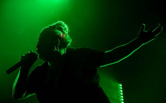 Photo de Danielle Macdonald tirée du film Patti Cake$ réalisé par Geremy Jasper. On peut voir Patti rapper sur scène.