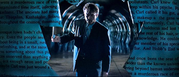 Photo tirée du film L'Antre de la folie de John Carpenter sur laquelle Sam Neill comprend qu'il se trouve à l'intérieur d'un livre.