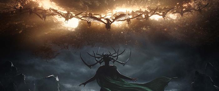 Photo tirée de Thor : Ragnarok sur laquelle la déesse interprétée de Cate Blanchett est de dos, prête à combattre les Walkyries qui chevauchent dans un ciel enflammé.