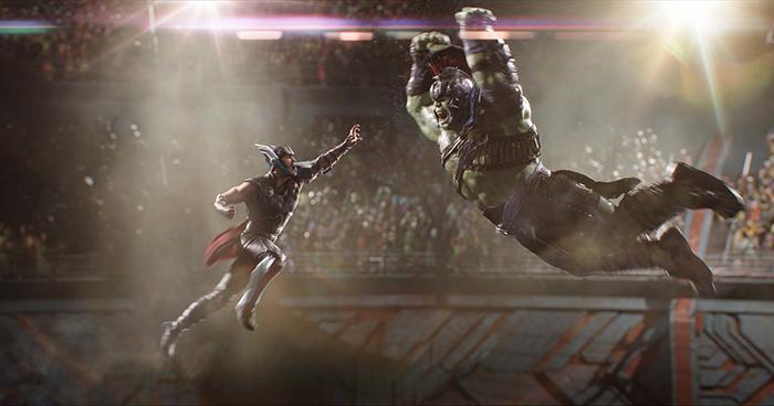 Photo tirée de Thor: Ragnarok sur laquelle Thor s'apprête à combattre Hulk dans l'arène.