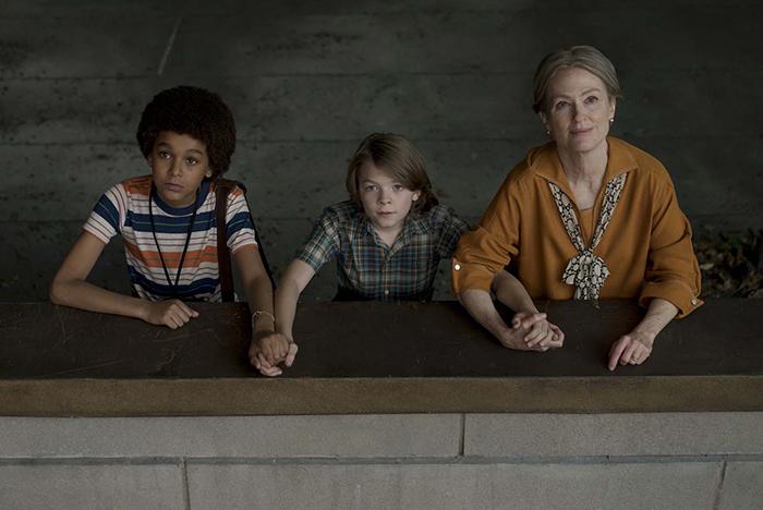 Photo de Jaden Michael, Oakes Fegley et Julianne Moore qui observent le ciel en se tenant la main dans Le Musée des merveilles de Todd Haynes.