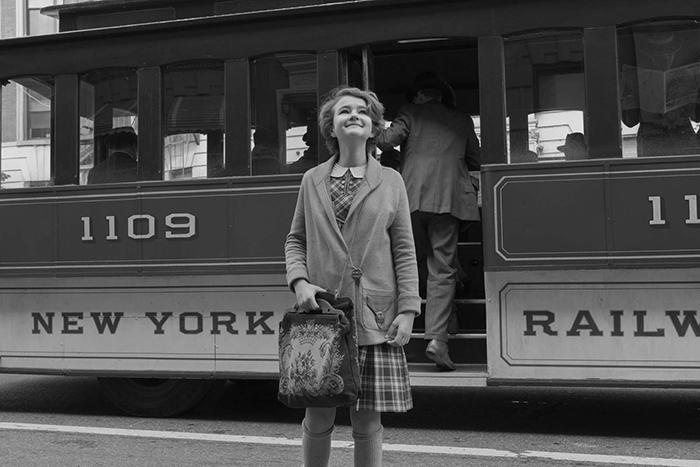 Photo de Millicent Simmonds arrivant dans New York dans Le Musée des merveilles réalisé par Todd Haynes. La photo est en noir et blanc, à l'image de ses passages dans le film.