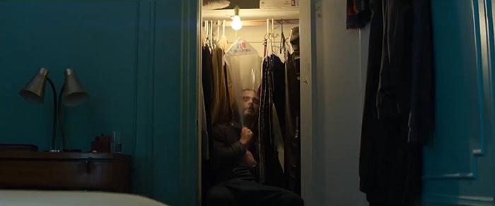 Photo de Joaquin Phoenix dans le film A Beautiful Day de Lynne Ramsay sur laquelle Joaquin Phoenix tente de reprendre sa respiration à l'aide d'un sac plastique, dans un placard.