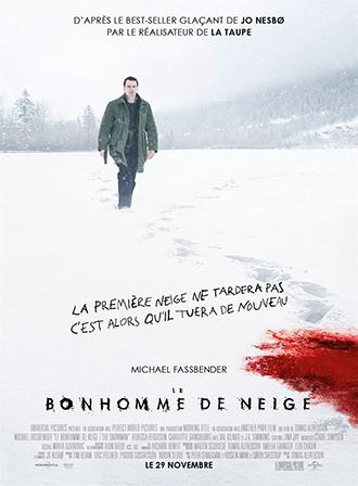 Affiche de Le Bonhomme de Neige de Tomas Alfredson sur laquelle Michael Fassbender s'approche d'un bonhomme de neige ensanglanté.