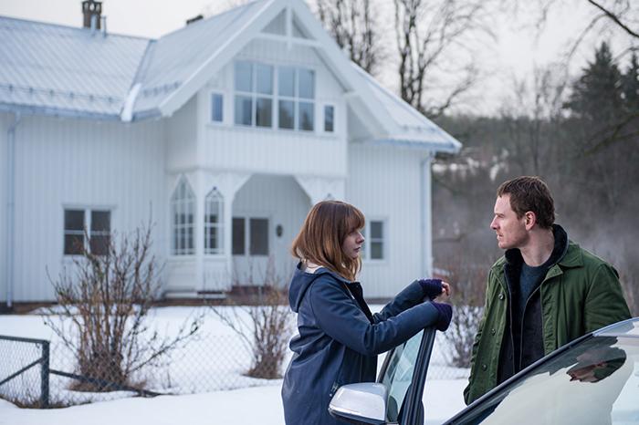 Photo de Rebecca Ferguson et Michael Fassbender discutant près d'une voiture dans Le Bonhomme de Neige de Tomas Alfredson.