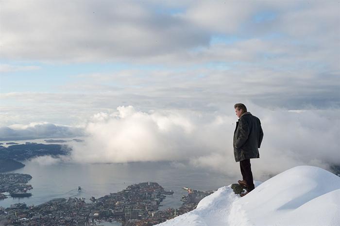 Photo de Val Kilmer au sommet d'une montagne dans Le Bonhomme de Neige de Tomas Alfredson.