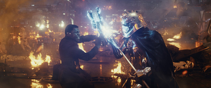 Photo du combat entre Finn et Captain Phasma dans Star Wars : Les derniers Jedi de Rian Johnson.