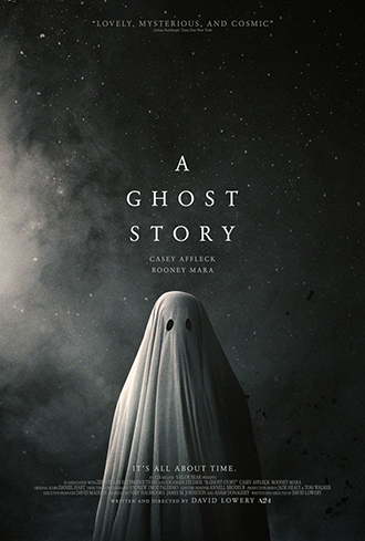Affiche de A Ghost Story de David Lowery sur laquelle un fantôme vêtu d'un drap blanc se tient devant un fond brumeux et sombre.