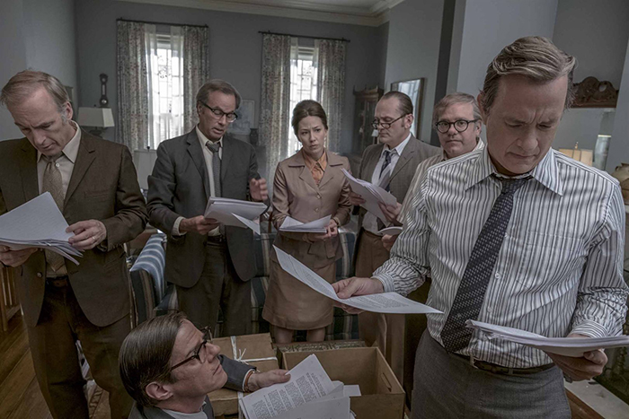 Photo de Tom Hanks et son équipe de rédaction qui découvrent les documents du Pentagon Papers, dans le film de Steven Spielberg.