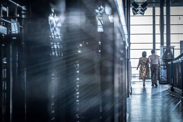 Photo de Meryl Streep et Tom Hanks parcourant les couloirs de la rédaction du Washington Post dans Pentagon Papers de Steven Spielberg.