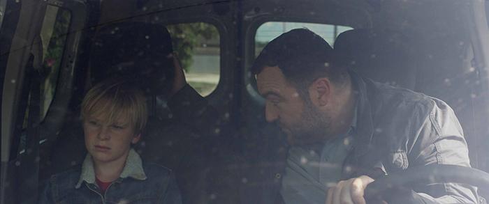Photo de Thomas Gioria et Denis Ménochet parlant difficilement dans une voiture dans le film Jusqu'à la garde de Xavier Legrand.