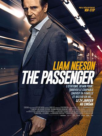Affiche de The Passenger de Jaume-Collet Serra, sur laquelle Liam Neeson se tient armé, face à l'objectif, sur un quai où un train passe à toute vitesse.
