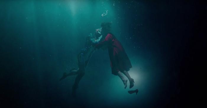 Photo tirée de La Forme de L'Eau de Guillermo Del Toro sur laquelle l'homme amphibie (Doug Jones) et Elisa (Sally Hawkins) s'embrassent sous l'eau.