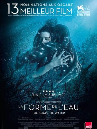 """Affiche de """"La forme de l'eau"""" sur laquelle l'héroïne incarnée par Sally Hawkins et l'homme amphibie interprété par Doug Jones s'étreignent sous l'eau."""