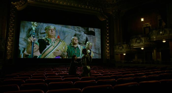 Photo sur laquelle Elisa (Sally Hawkins) et l'homme amphibie (Doug Jones) se tiennent debout dans un cinéma dans La forme de l'eau de Guillermo Del Toro.