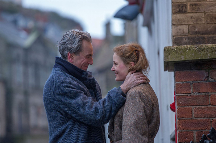 Photo de Daniel Day-Lewis et Vicky Krieps qui se sourient, face à face, dans la rue, dans Phantom Thread de Paul Thomas Anderson.