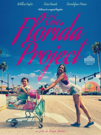 Affiche de The Florida Project de Sean Baker sur laquelle Brooklynn Prince se trouve dans un caddie de courses poussé par Bria Vinaite, qui tire la langue à l'objectif.