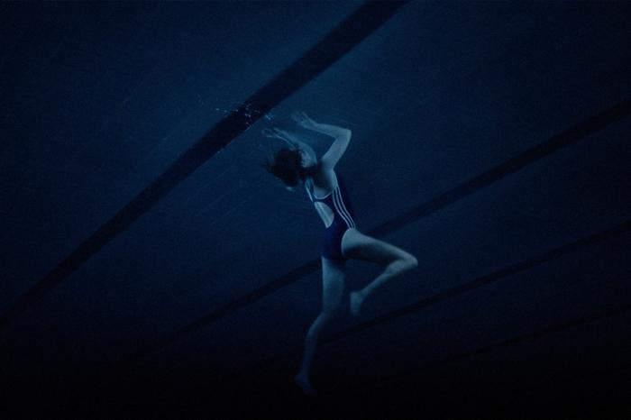 Photo tirée du film Thelma de Joachim Trier, sur laquelle l'héroïne interprétée par Eili Harboe semble être enfermée dans une piscine.
