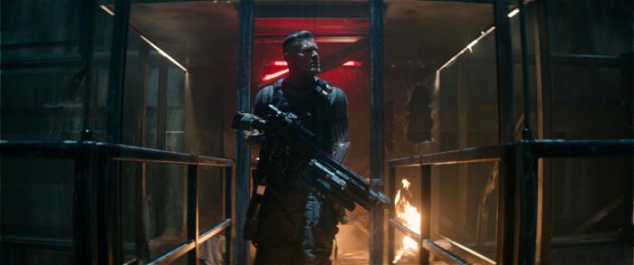 Photo tirée de Deadpool 2 de David Leitch, sur laquelle Cable traque Deadpool dans une prison enflammée.
