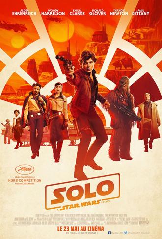 Affiche de Solo : A Star Wars Story sur laquelle tous les personnages avancent alignés vers l'objectif. Han Solo est au centre de l'affiche.