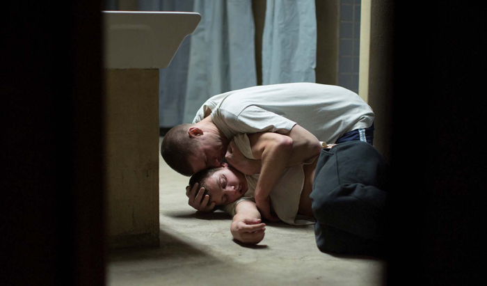 Photo tirée du film La Prière de Cédric Kahn sur laquelle le personnage interprété par Damien Chapelle tente de maintenir au sol celui incarné par Anthony Bajon pour le calmer.