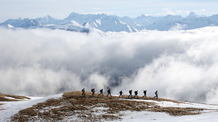 Photo tirée du film La Prière de Cédric Kahn sur laquelle un groupe d'hommes marche dans les montagnes, en file indienne.