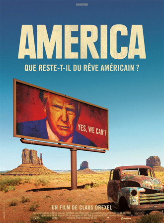 """Affiche d'America de Claus Drexel, sur laquelle on découvre au premier plan une voiture abandonnée et un billboard avec le visage de Donald Trump et le slogan """"Yes we can't"""", et Monument Valley au loin."""