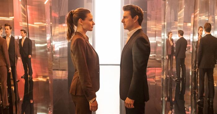 Photo tirée de Mission : Impossible - Fallout de Christopher McQuarrie, sur laquelle Tom Cruise et Rebecca Ferguson sont face-à-face dans une salle emplie de miroirs.