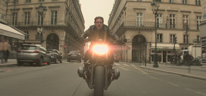 Photo de Tom Cruise fonçant en moto dans les rues de Paris, tirée de Mission : Impossible - Fallout de Christopher McQuarrie.