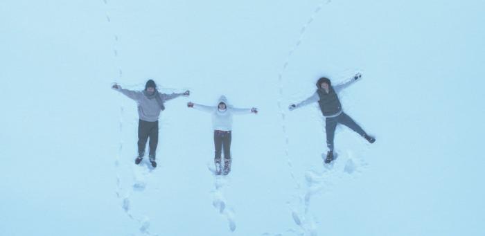 Photo tirée de The Third Murder de Hirokazu Kore-eda, sur laquelle trois personnages sont vus du ciel, allongés dans la neige.