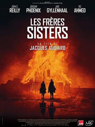 Affiche des Frères Sisters de Jacques Audiard, sur laquelle les deux héros s'éloignent à cheval d'une grange enflammée, dans la nuit.