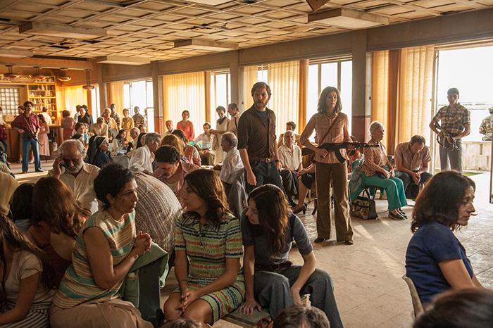 Photo tirée du film Otages à Entebbe de José Padilha, sur laquelle Rosamund Pike et Daniel Brühl surveillent les otages retenus dans l'ancien terminal d'Entebbe.